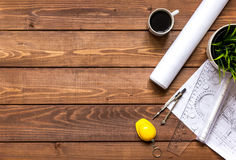 Проектируйте деревянный работая настольный компьютер с взгляд сверху квартир чертежей Стоковая Фотография