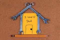 Проектируйте инструменты, инструменты ключа в форме дома, концепции дома сладостной домашней на деревянной таблице Стоковое фото RF