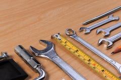 Проектируйте инструменты, инструменты ключа на деревянной таблице Стоковые Фото