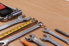 Проектируйте инструменты, инструменты ключа на деревянной таблице Стоковые Изображения RF