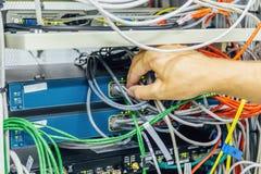 Проектируйте соединяясь кабель сети к переключателю эпицентра деятельности оптического волокна для цифровых связей в комнате серв стоковое фото