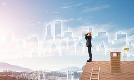 Проектируйте человека стоя на крыше и смотря в биноклях Мультимедиа Стоковая Фотография RF