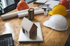 Проектируйте чертежи ` s и mater планов здания, энергосберегающего и сырцовых стоковые фото
