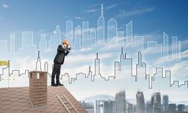 Проектируйте человека стоя на крыше и смотря в биноклях Мультимедиа Стоковая Фотография