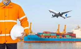 Проектируйте dockers нося пальто безопасности и держа шлем внутри для Стоковая Фотография