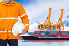 Проектируйте dockers нося пальто безопасности и держа шлем внутри для Стоковое фото RF
