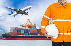 Проектируйте dockers нося пальто безопасности и держа шлем Стоковые Изображения RF