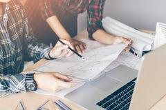 2 проектируя человек или сотрудники работая на проекте и discu Стоковые Фотографии RF