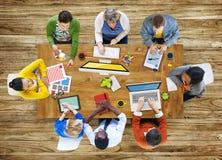 Проектной группы метода мозгового штурма бизнесмены концепции встречи Стоковое фото RF