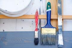 проекты интернета предпосылки искусства возможные, котор нужно использовать Щетки для красить на деревянном холсте Стоковая Фотография