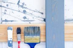 проекты интернета предпосылки искусства возможные, котор нужно использовать Щетки для красить на деревянном холсте Стоковая Фотография RF