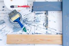 проекты интернета предпосылки искусства возможные, котор нужно использовать Щетки для красить на деревянном холсте Стоковое фото RF