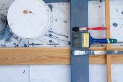 проекты интернета предпосылки искусства возможные, котор нужно использовать Щетки для красить на деревянном холсте Стоковые Фото