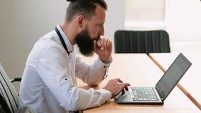 Проект офиса ноутбука молодого бизнесмена работая