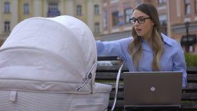 Проект финиша нервной работающей матери пробуя на младенце ноутбука и питания с молоком сток-видео