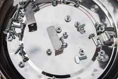 Проект DIY - различные сортированные винты и болты и кронштейны кладя в лоток металла стоковое фото rf