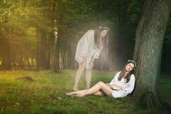Проекция красивой девушки астральная стоковая фотография rf