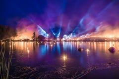 Прожекторы направили к небу пока трава горит Стоковая Фотография RF