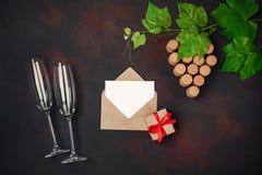 Прозевайте пук пробочки с листьями, рюмкой 2, пробочкой, конвертом и письмом на ржавой предпосылке стоковая фотография rf