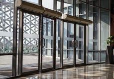Прозрачная дверь современного здания Стоковая Фотография RF