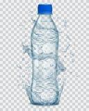 Прозрачная вода брызгает вокруг пластичной бутылки с минеральной водой Стоковое Фото