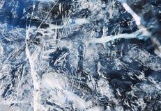 Прозрачная голубая поверхность льда запятнала с белыми отказами Стоковое Изображение RF