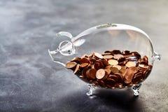 Прозрачная копилка заполненная с монетками Стоковое фото RF