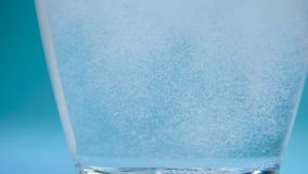 Прозрачная стеклянная чашка воды падает планшет analgin сток-видео
