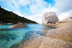 Прозрачное голубое море, горы и небо Стоковые Фотографии RF