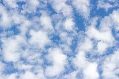 Прозрачное небо с облаками стоковая фотография rf