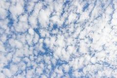 Прозрачное небо с облаками стоковые изображения rf
