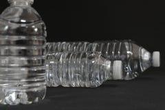 Прозрачные бутылки питьевой воды Стоковое фото RF