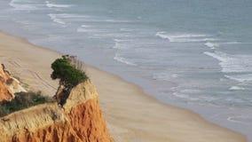 Прозрачные волны на пляже Falesia Albufeira Португалия акции видеоматериалы