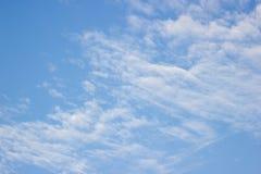 Прозрачные голубое небо с облаками и атмосферический Стоковое фото RF