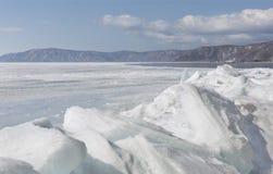 Прозрачные голубые торошения льда на береге Lake Baikal Взгляд ландшафта зимы Сибиря покрытый Снег лед озера развилки Стоковые Изображения