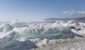 Прозрачные голубые торошения льда на береге Lake Baikal Взгляд ландшафта зимы Сибиря покрытый Снег лед озера развилки стоковая фотография