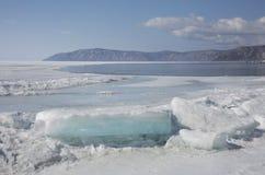 Прозрачные голубые торошения льда на береге Lake Baikal Взгляд ландшафта зимы Сибиря покрытый Снег лед озера развилки стоковое фото rf