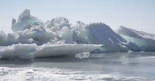 Прозрачные голубые торошения льда на береге Lake Baikal Взгляд ландшафта зимы Сибиря покрытый Снег лед озера развилки Стоковое Фото