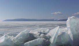 Прозрачные голубые торошения льда на береге Lake Baikal Взгляд ландшафта зимы Сибиря покрытый Снег лед озера развилки стоковые изображения rf