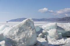 Прозрачные голубые торошения льда на береге Lake Baikal Взгляд ландшафта зимы Сибиря покрытый Снег лед озера развилки стоковое изображение