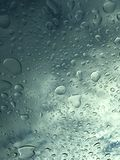 Прозрачные падения дождя на стекле стоковое фото