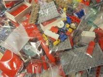 Прозрачные сумки с частями LEGO, который нужно использовать для конструкции игрушек стоковые изображения