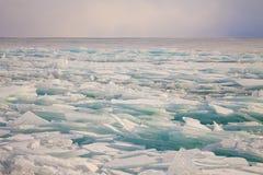 Прозрачные торошения льда Байкала на заходе солнца в тумане Стоковое Изображение RF