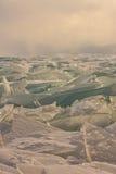Прозрачные торошения льда Байкала на заходе солнца в тумане Стоковая Фотография RF