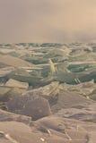 Прозрачные торошения льда Байкала на заходе солнца в тумане Стоковые Фотографии RF