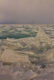 Прозрачные торошения льда Байкала на заходе солнца в тумане Стоковые Изображения