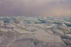 Прозрачные торошения льда Байкала на заходе солнца в тумане Стоковая Фотография