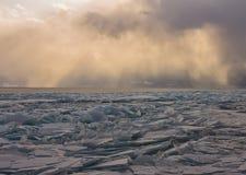 Прозрачные торошения льда Байкала на заходе солнца в тумане Стоковое фото RF