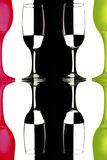 Прозрачный и красно-зеленый бокал на светотеневой предпосылке с отражением Стоковое Изображение