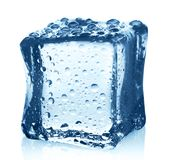 Прозрачный куб льда с отражением на белизне изолировал предпосылку Стоковое Изображение RF